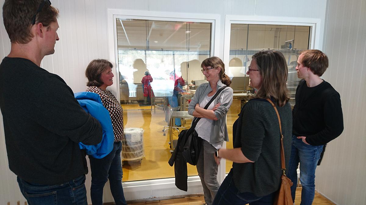 Coreplan-forskere i samtale med Randi Karlsen under besøket hos fiskebedriften Brødrene Karlsen på Senja.