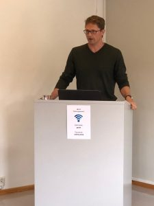 Professor Nathan Young fra Canada fortalte interesserte norske tilhørere om en litt annerledes kystsone-tilværelse enn de er vant med.